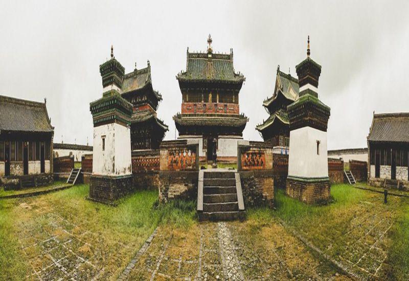 Tu viện này bao gồm ba ngôi chùa mang kiến trúc Trung Hoa