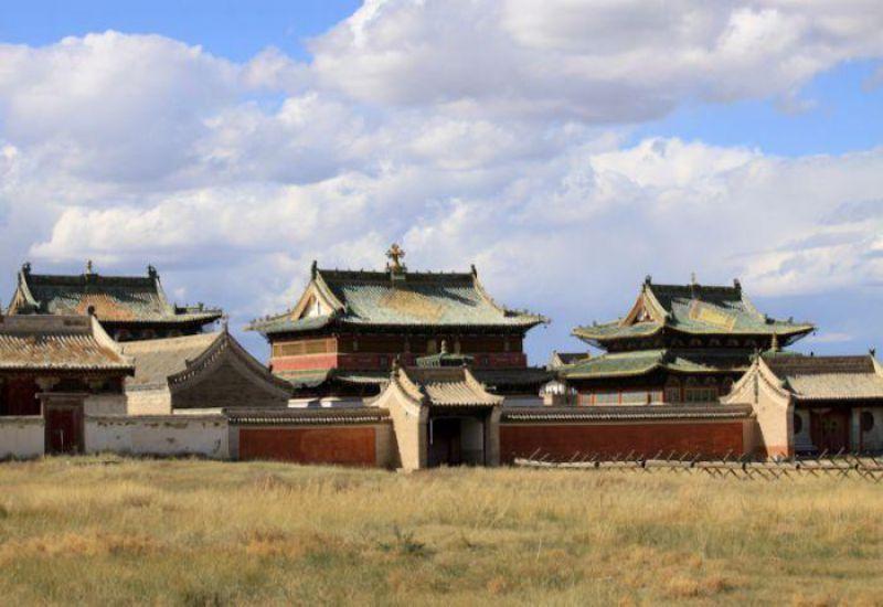 bao quanh là tường thành lớn với 108 ngôi tháp