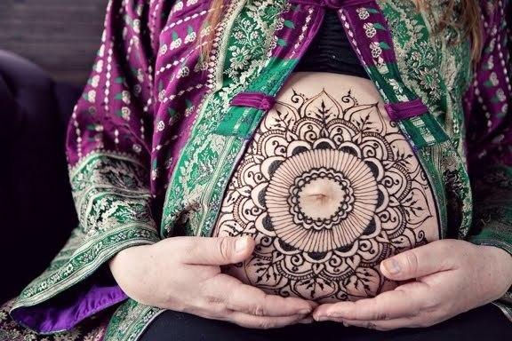 người phụ nữ mang thai cũng vẽ Henna lên bụng để cầu mong mẹ tròn con vuông