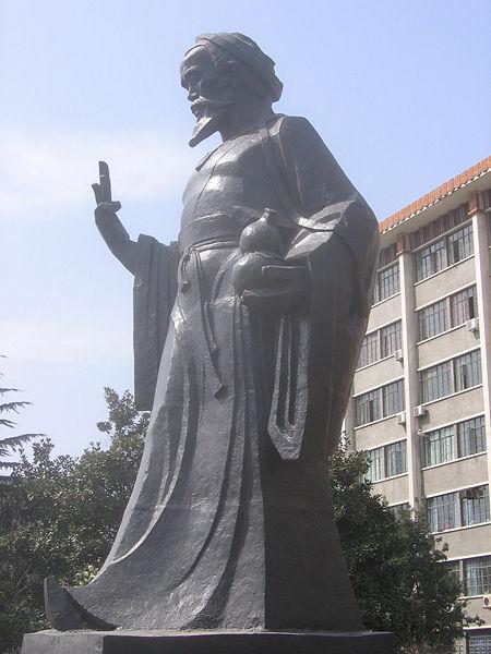 Tượng Hoa Đà trước Trường Cao đẳng Y học Cổ truyền Trung Quốc An Huy ở Hợp Phì, thủ phủ tỉnh An Huy.